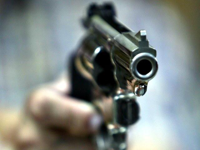 raised-gun-ap-photo-seth-wenig-640x480